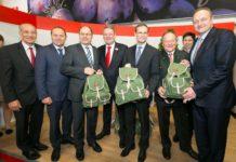 Für die deutschen Gastgeber der Grünen Woche gab es als Präsent österreichische Spezialitäten. Im Bild v. l. n. r.: AMA-Aufsichtsratsvorsitzender Franz Stefan Hautzinger