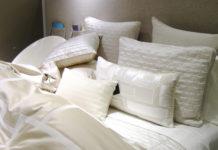 Erhöhter Schlafkomfort: Die Matratze mit einer Topperauflage liegt nicht auf einem Lattenrost