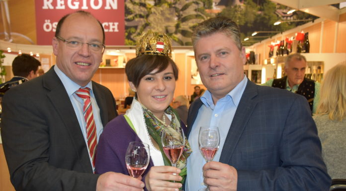 Für Weinkönigin Katharina I. wird eine Nachfolgerin gesucht. Weinbaupräsident Andreas Liegenfeld (l.) und Wein Burgenland-Obmann Matthias Siess hoffen auf zahlreiche Bewerberinnen.