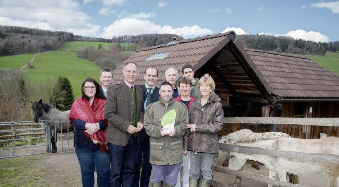 LK NÖ-Vizepräsident Otto Auer (4. v. l.) überreichte in Anwesenheit von Bürgermeister Gerhard Karner (3. v. l.) die Urkunde an Betriebsführerin Margit Fischer (r.) und ihr Team.