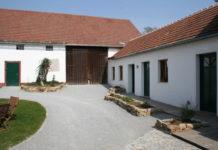 Die Gestaltung der Hoffläche mit Grünflächen kommt dem Gesamterscheinungsbild der Hofanlage zugute.