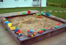 Für Kinder ist ein Sandkasten ein Riesenspaß: Burgen bauen