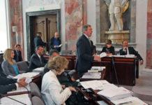"""LAbg. Hermann Kuenz (Mitte) im Tiroler Landtag: """"In der Debatte kommt am besten zum Vorschein"""