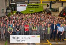 Viele arbeiten an der Erfolgsgeschichte des Lexion. Hier zu sehen ist das komplette Montageteam vor der 50.000. Maschine.
