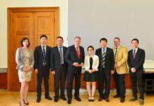 Landwirtschaftsminister Andrä Rupprechter (4. v. l.) und Ulrich Herzog vom Gesundheitsministerium (2. v. r.) mit Experten der chinesischen Behörde für Lebensmittelsicherheit (Aqsiq)