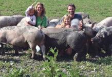 """Tiere und Menschen sind sichtlich zufrieden beim """"Moar z´Bugram"""": Angelika (39) und Adi (40) Stadlmayr (im Bild mit den Töchtern Laura und Flora) halten derzeit 50 Freilandschweine."""