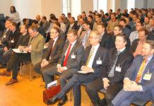 Gefüllter Saal und hochkarätige Tagungsteilnehmer/Referenten (1. R.