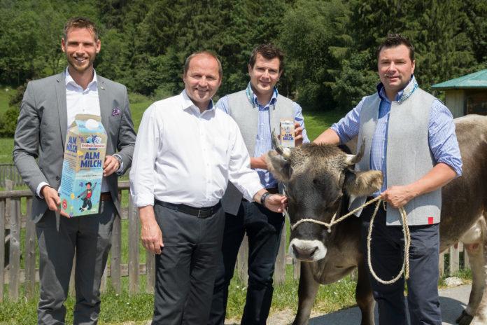 V .l.: Geschäftsführer der AMTirol Matthias Pöschl, LHStv. Josef Geisler und die Geschäftsführer der Erlebnissennerei Zillertal, Heinrich und Christian Kröll, freuen sich über den Start in die Almmilchsaison.