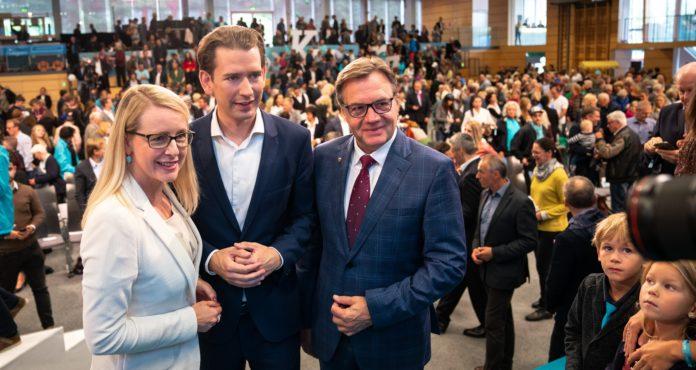Mobilisierten 1.500 Unterstützer in Kufstein: ÖVP-Spitzenkandidatin Margarete Schramböck, Parteiobmann Sebastian Kurz und LH Günther Platter.