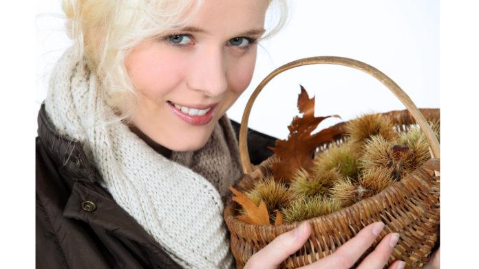 Pilzbefall bei Kastanien: Frau hält Korb mit Kastanien