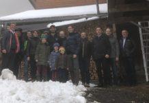 Alexander Bernhuber (Mitte) am Hof der Familie Siegele im Paznaun. Gemeinsam mit Funktionären des Tiroler Bauernbundes machte sich der Niederösterreicher ein Bild vom extremsten Bergbauernbezirk Tirols, Landeck.