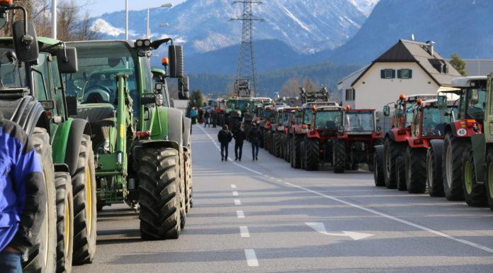 Am Aschermittwoch protestierte der Tiroler Bauernbund bei der heimischen SPAR-Zentrale in Wörgl.