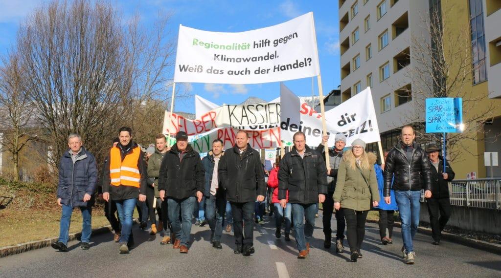 600 Bäuerinnen und Bauern mit rund 200 Traktoren fanden sich in Wörgl zum Protestmarsch ein.