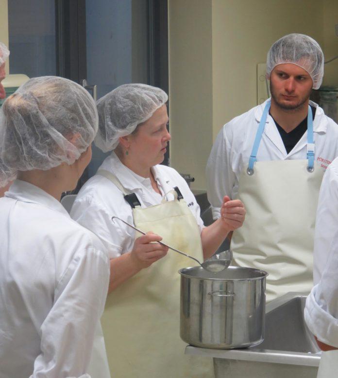 Rezept für guten Käse: Elisabeth als Referentin beim Sennkurs