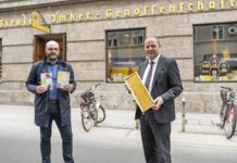 """LHStv. Josef Geisler und der Bienenexperte des Landes, Andreas Tschöll, präsentieren die neue Landesbroschüre """"Bestäuber. Leben."""""""