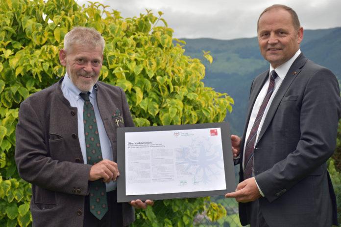 Der Tiroler Jägerverband und das Land Tirol werden in der Seuchenbekämpfung beim Rotwild künftig noch enger zusammenarbeiten. Ein diesbezügliches Abkommen haben Landesjägermeister Anton Larcher (li.) und LHStv Josef Geisler nunmehr unterzeichnet.